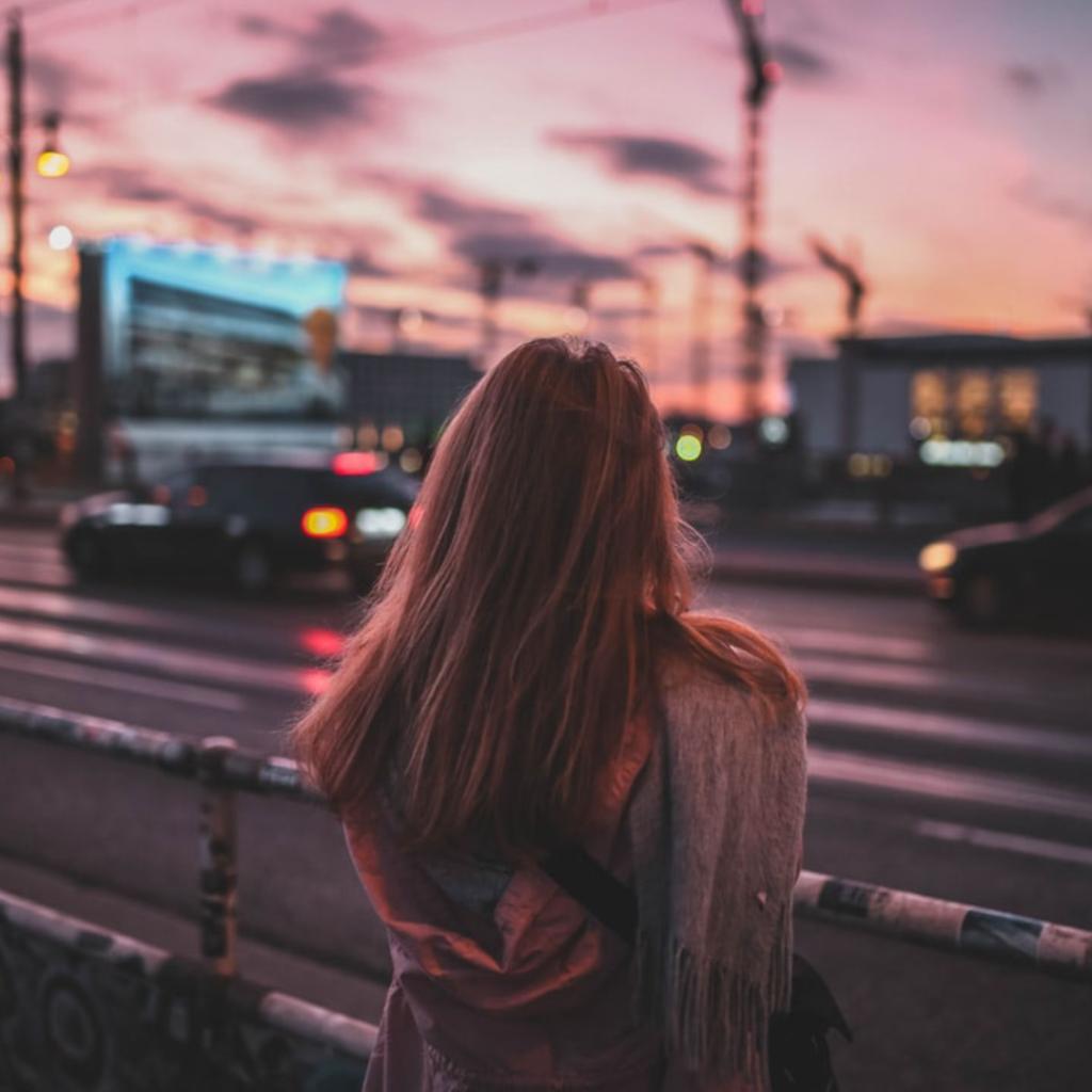 Ina´s Angst vorm Fahren ist noch größer als ihre Sehnsucht. Sie schaut traurig auf die Straße.