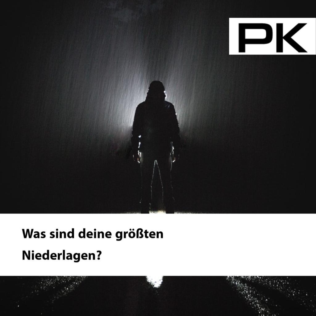Schattenarbeit: Mann steht im Regen. Frag dich: Was sind deine größten Niederlagen?